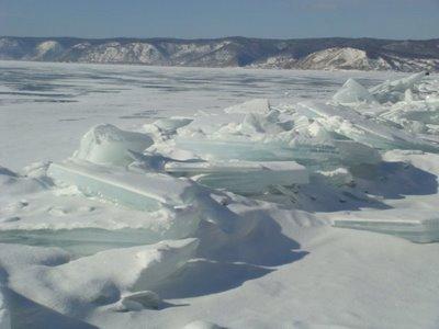 Zugefrorener Baikalsee im Winter - Russland