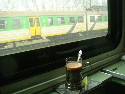 Blick durchs Zugfenster in Polen und russisches Teeglas