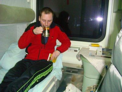 Tee trinken im Schlafwagen Wien - Moskau
