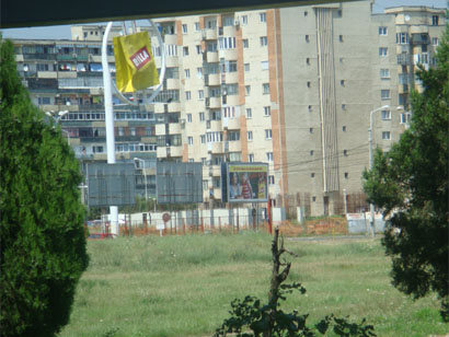 Rumänien - Plattenbau mit Billa-Sackerl in Ploiesti