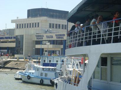 Schiff und Hafengebäude - Tulcea