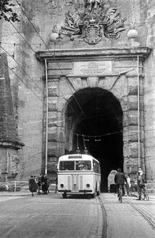Historischer Obus beim Siegmundstor in der Stadt Salzburg