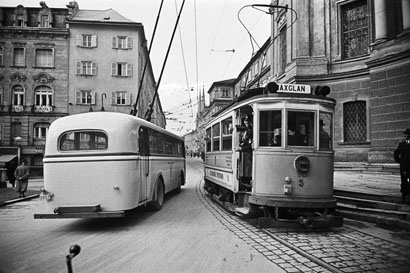 """Straßenbahn """"Gelbe Elektrische"""" und O-Bus am Makartplatz in Salzburg"""