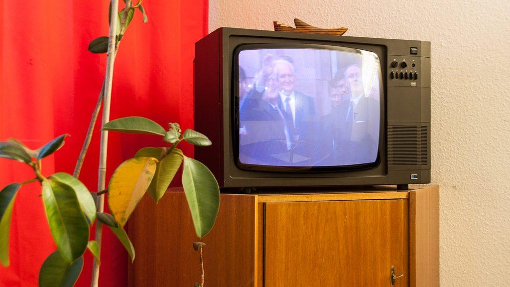 DDR-Fernsehgerät im Ostel Berlin