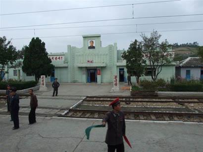 Bahnhof Hak-Sung - Nord Korea - Bild: Helmut Uttenthaler