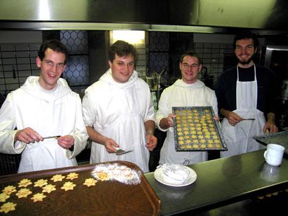 Mönche beim Kekse backen in Heiligenkreuz - Bild: Klösterreich