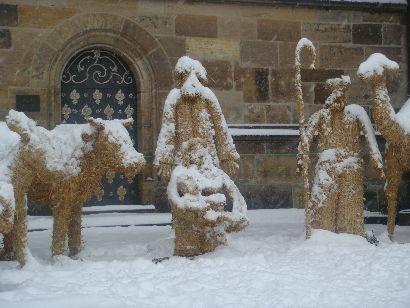 Verschneite Stroh-Krippe vor dem St.-Veits-Dom
