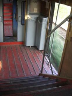 Im Sommer mit offenen Türen im Zug durch Rumänien
