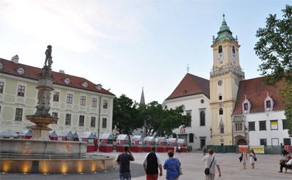 Sehenswürdigkeiten Bratislava: Altes Rathaus und Rolandsbrunnen