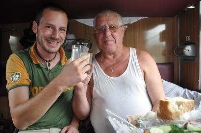 Antolij schult mich im Zug in Sachen Wodka ein