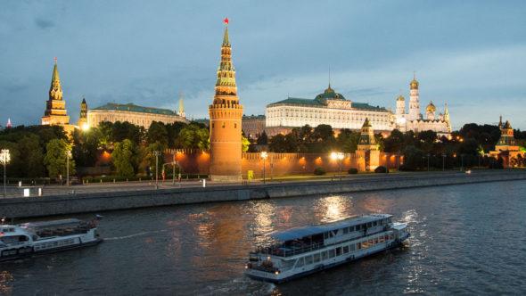 Bootstour durch Moskau bei Nacht vor dem Kreml