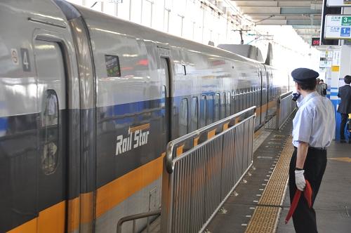 Shinkansen Abfertigung am Bahnsteig