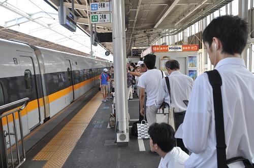 Shinkansen - Einstieg am Bahnsteig
