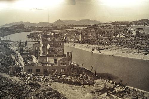 Zerstörung nach dem Atombombenabwurf auf Hiroshima - Bild im Friedensmuseum