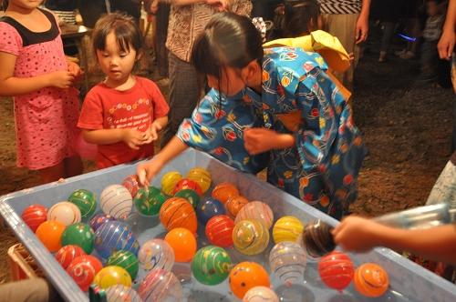 Tombola für Kinder beim Fest in Aso