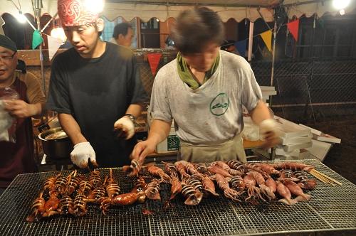 Tintenfische am Grill beim Fest in Aso