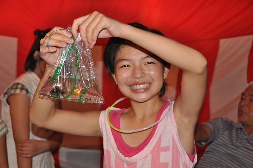 Kind mit Goldfisch in Aso