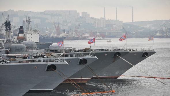 Marine im Hafen in Wladiwostok