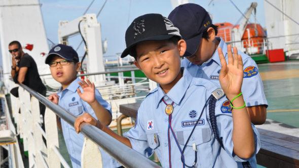 Junge Passagiere reisen auf der Fähre von Südkorea nach Japan.