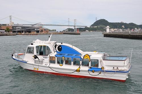 Kanmon-Brücke und Ausflugsboot in Shimonoseki