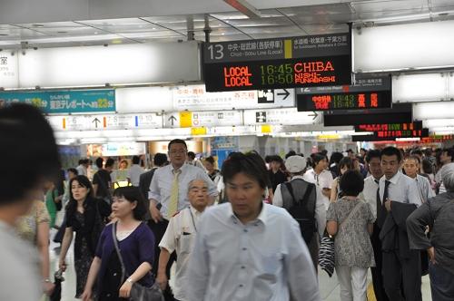 Rushhour und Abfahrtstafeln in Tokyo-Shinjuku