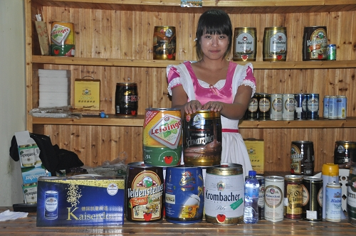 Asiatische Verkäuferin im Dirndl beim Qingdao International Beer Festival