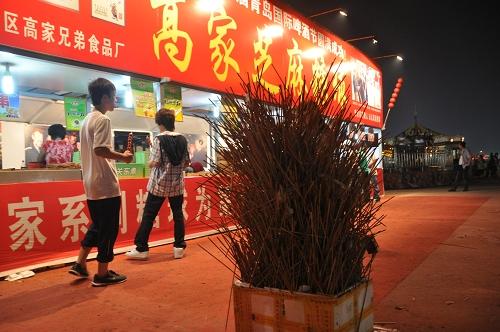 Spieße im Müll beim Qingdao Beer Festival