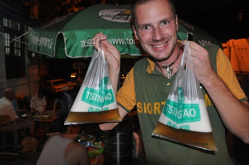 Gerhard mit Tsingtao-Bier