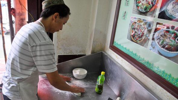 Teigzubereitung für Chinesische Nudeln in der Nudelküche in China