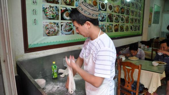 Nudeln ziehen in der Nudelküche in China