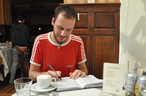 Reisetagebuch schreiben im Café Vienna in Shanghai