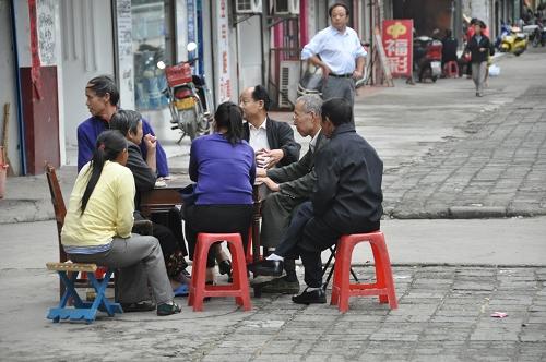 Kartenspielen auf der Straße in Xishui