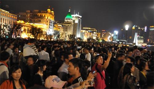 Bild: Menschenmassen am Bund in Shanghai - Nachtaufnahme