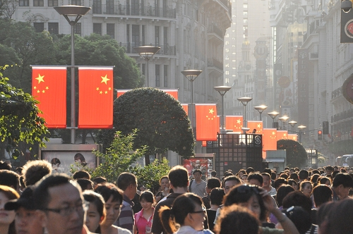 Bild: East Nanjing Road in Shanghai mit Chinesischen Flaggen