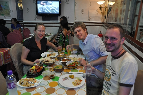 Claudia, Andy und Gerhard beim Inder in Hongkong