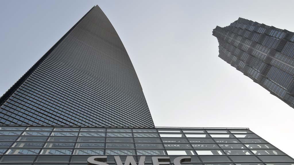 Faszinierender Blick entlang der Fassade des SWFC in Shanghai.