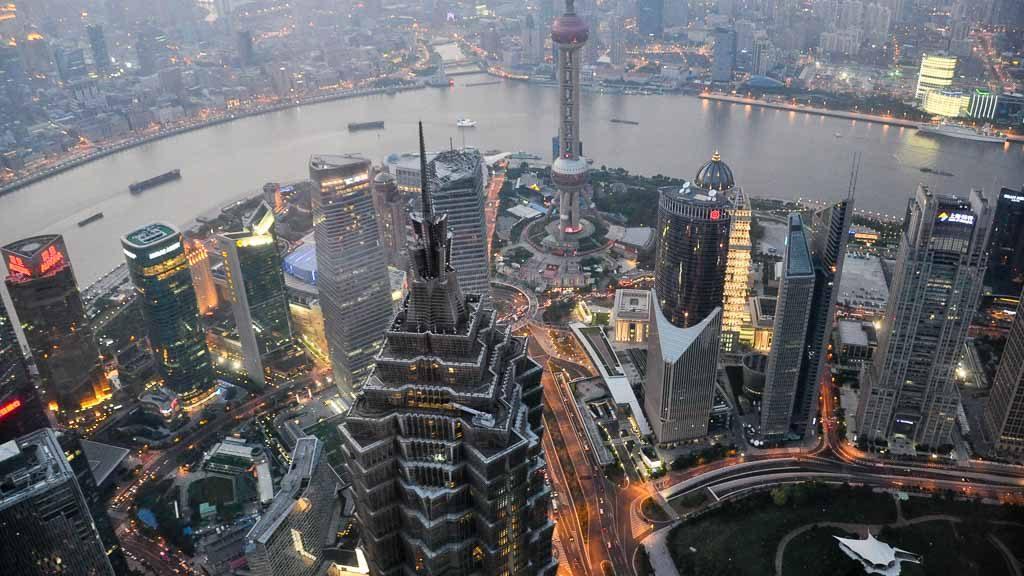 Blick von der Shanghai World Financial Center Aussichtsplattform bei Dämmerung