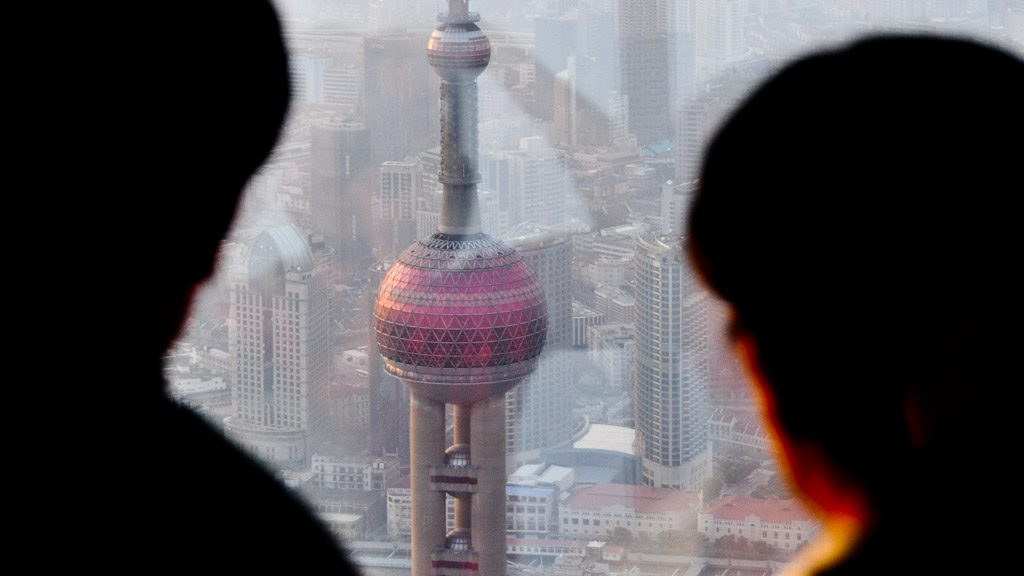 Blick von der Shanghai World Financial Center Aussichtsplattform auf den Oriental Pearl Tower