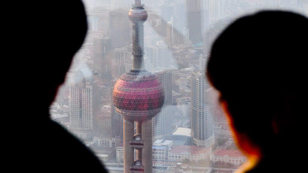 Blick von der Shanghai World Financial Center Aussichtsplattform auf den Oriental Pearl Tower