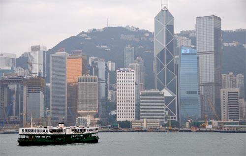 """Bild: Hafen-Fähre """"Star Ferry"""" vor der Skyline von Hongkong"""