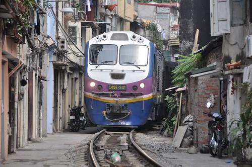 Bild: Lokomotive in einer schmalen Gasse in Hanoi