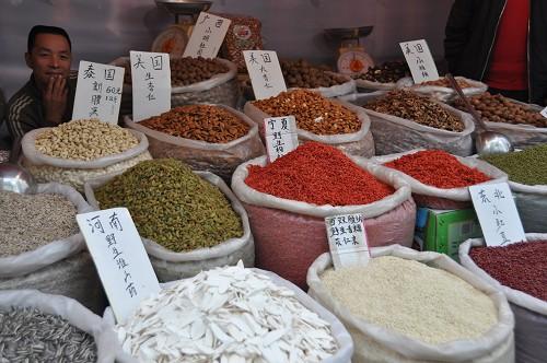 Bild: Gewürze und getrocknete Zutaten am Markt in Kunming