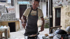 Gerhard Liebenberger beim chinesisch Kochen mit Wok