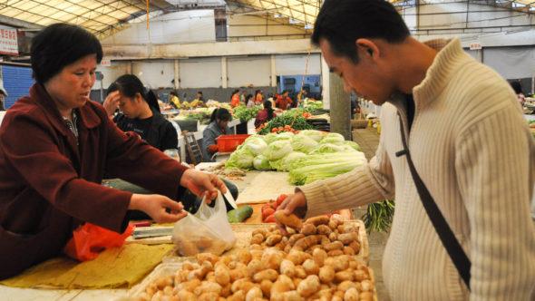 Einkauf in der Markthalle in Yangshuo für den Kochkurs