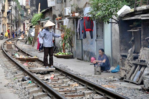 """Bild: Verkäuferin in der """"Zug-Gasse"""" in Hanoi"""