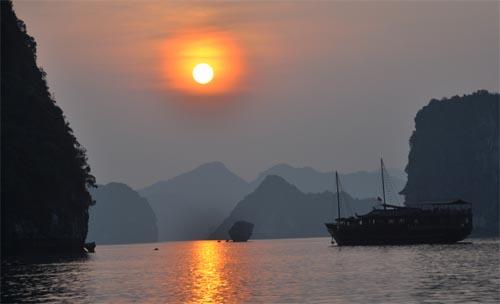 Bild: Halong Bucht bei Sonnenuntergang