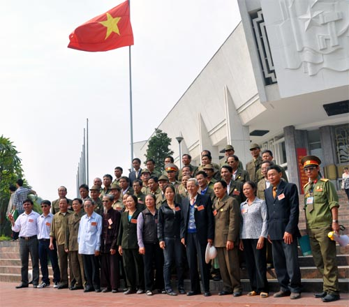 Bild: Gruppe vor dem Ho-Chi-Minh-Museum in Hanoi