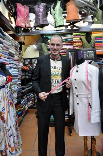 Bild: Neuer Anzug vom Schneider in Hoi An