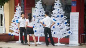 Weihnachten in Vietnam mit Weihnachtsbaum-Dekoration vor Geschäft
