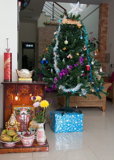 Weihnachtsbaum und Ahnenaltar in Vietnam